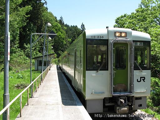 足滝駅に停車中のキハ110系気動車