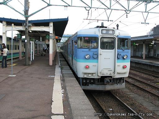 新井駅を出発する115系電車