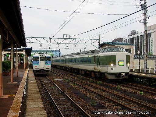 新井駅を出発する189系電車「妙高」