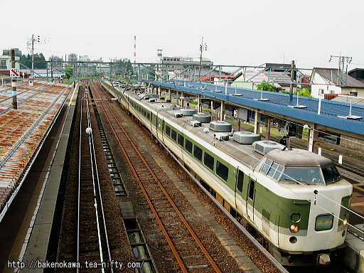 新井駅に停車中の189系電車「妙高」その1