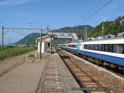 越後寒川駅を通過する485系電車特急「いなほ」その一