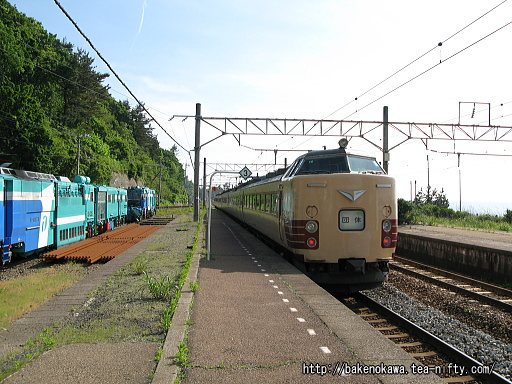 越後寒川駅を通過する485系電車国鉄特急色の団体列車その二