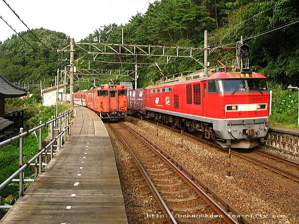 キハ40系気動車とEF510電気機関車牽引の貨物列車が今川駅で交換