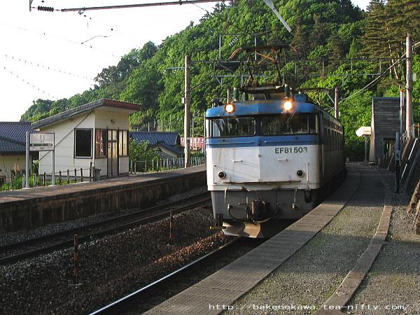 今川駅を通過するEF81形(500番台)電気機関車牽引の貨物列車