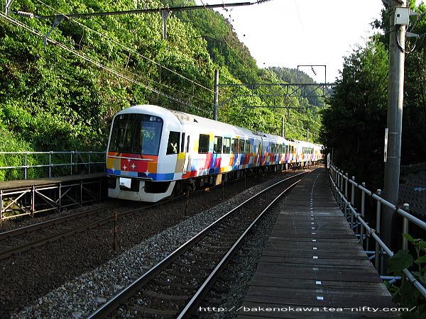 今川駅を通過する快速「きらきらうえつ」