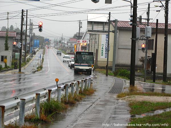 「広瀬駅前」バス停に接近する小出行路線バス
