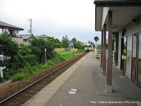 東新津駅に接近するキハ110系気動車