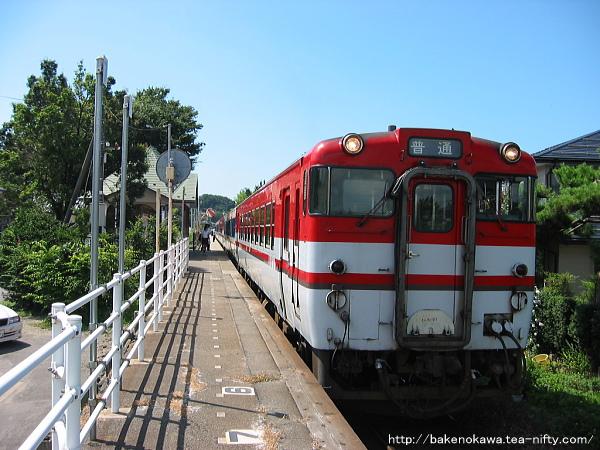 東新津駅に停車中のキハ40系気動車