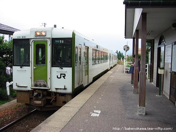 東新津駅に到着するキハ110系気動車