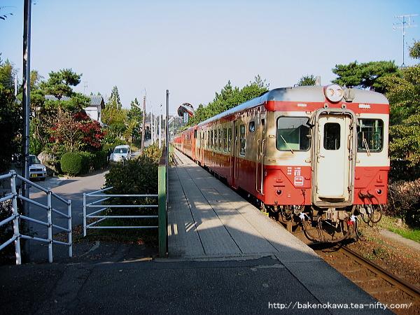 東新津駅を通過する「磐越・只見ぐるり一周号」