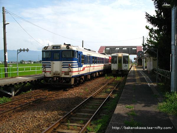 新関駅で列車交換するキハ110系気動車キハ40系気動車