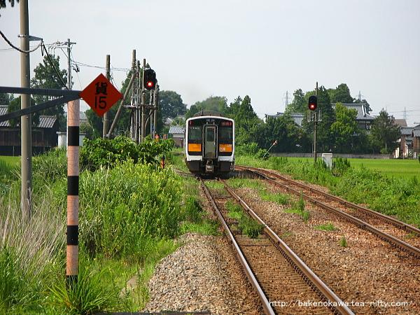 新関駅を出発したキハキハ110系+キハE120形気動車