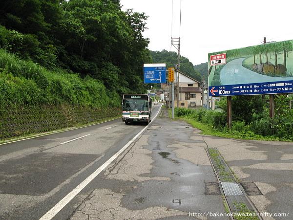 大白川駅前に到着する小出行路線バス