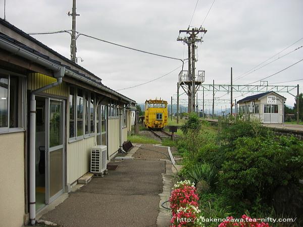 構内通路から見た駅舎