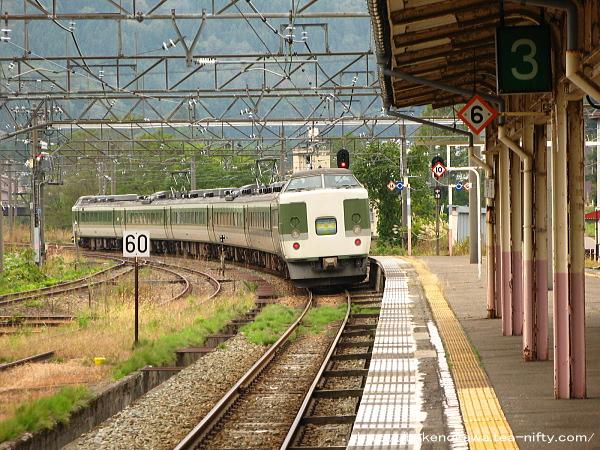 妙高高原駅を出発した189系電車「妙高」