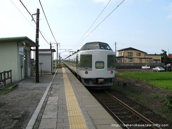 北新井駅を出発する189系電車の「妙高」、