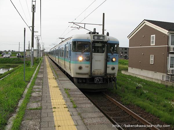 北新井駅に到着した115系電車