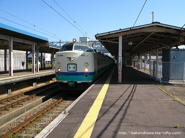 高田駅を出発する485系電車の普通列車