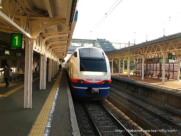 高田駅に到着したE653系電車特急「しらゆき」