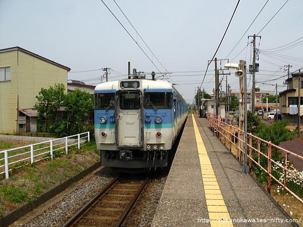 南高田駅に停車中の115系電車