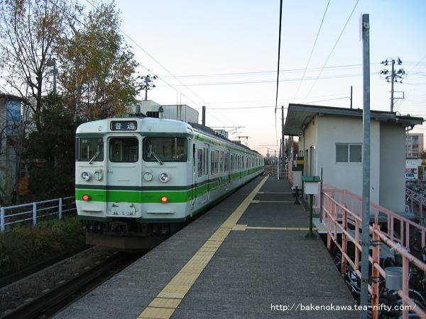 南高田駅を出発する115系電車