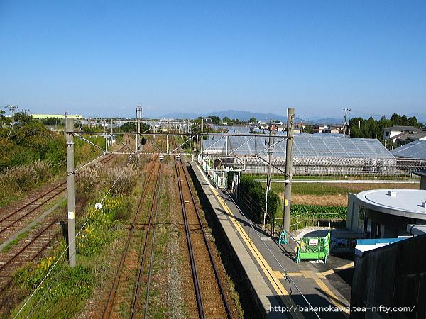 駅舎改築後の構内新発田方を跨線橋上から見る