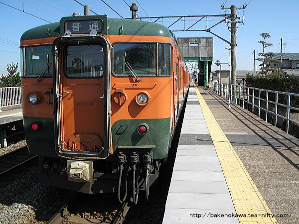 黒山駅に停車中の115系電車