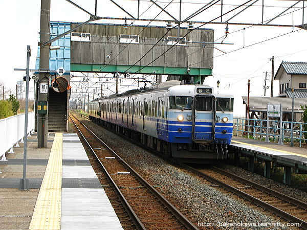 黒山駅を出発する115系電車
