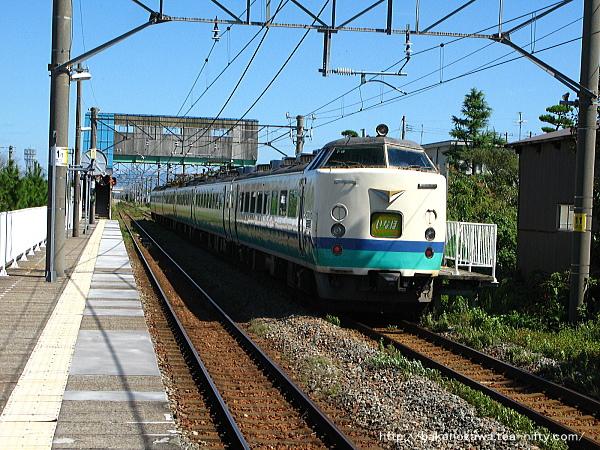 黒山駅を通過する485系電車特急「いなほ」
