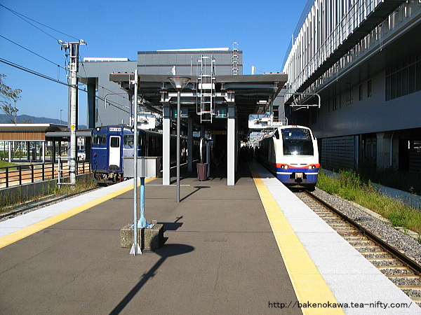 上越妙高駅を出発する特急「しらゆき」