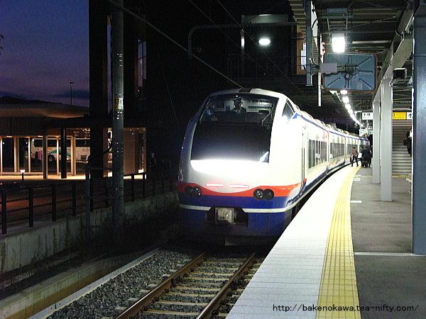 上越妙高駅に入線した特急「しらゆき」