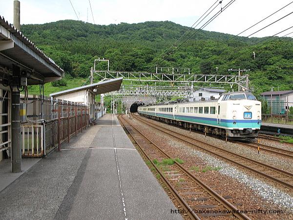 名立駅を通過する485系電車特急「北越」
