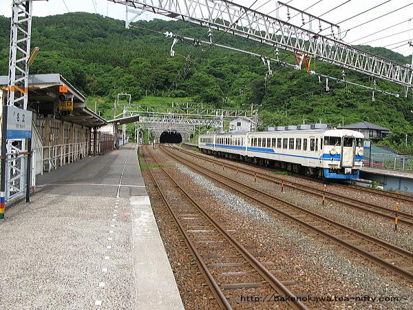 名立駅に停車中の475系電車