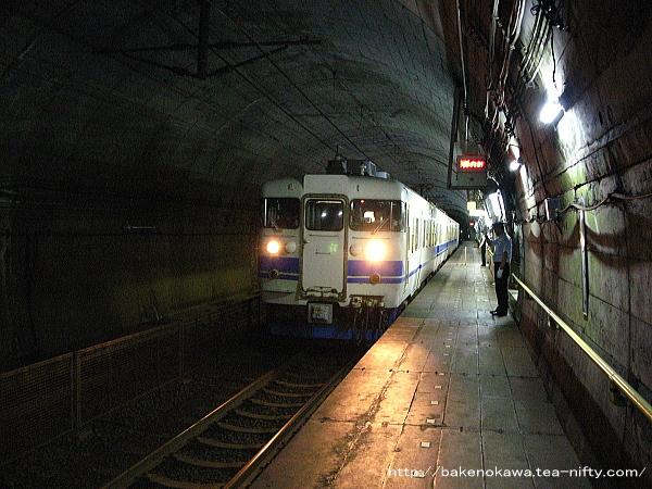 筒石駅に停車中の413系電車その2