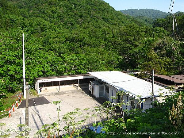 高台から見た筒石駅駅舎