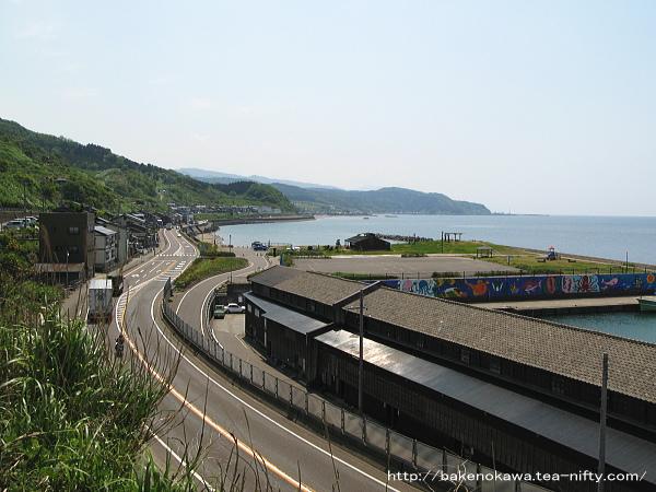 海岸沿いの国道8号線と筒石漁港その一
