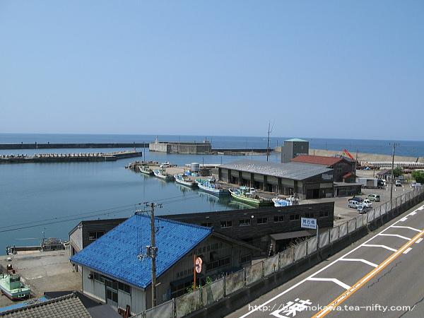 海岸沿いの国道8号線と筒石漁港その二