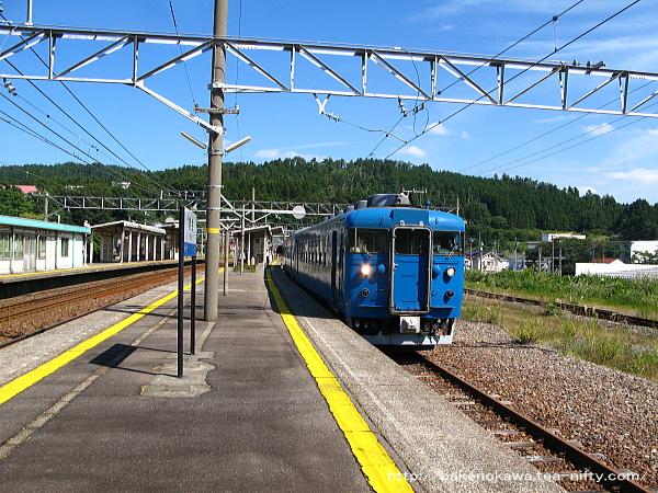 能生駅から出発する475系電車その2