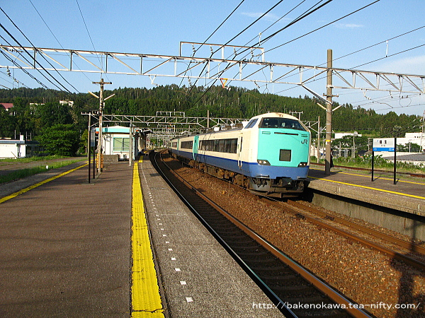 能生駅を通過する485系電車特急「北越」