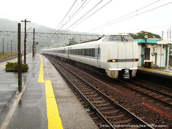 能生駅を通過する特急「はくたか」その2