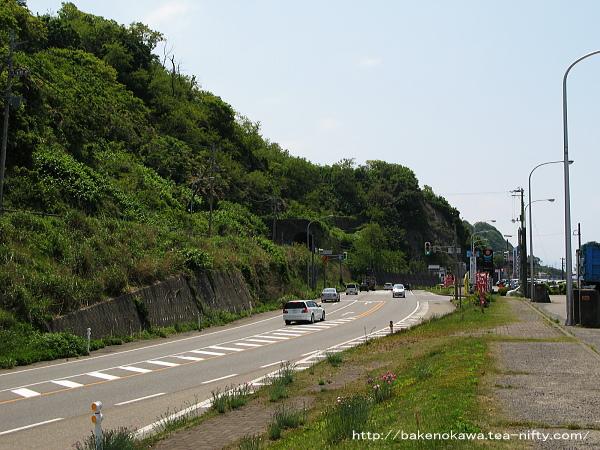 マリンパーク近くの国道上のバス停から見える旧北陸本線のトンネル
