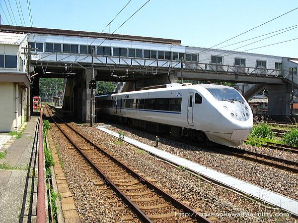 青海駅を通過する特急「はくたか」その2