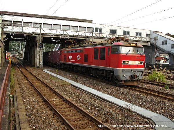 青海駅を通過するEF510形電気機関車牽引の貨物列車