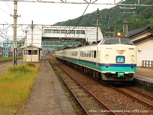 谷浜駅を通過する485系電車特急「北越」その4