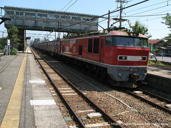 羽生田駅を通過するEF510形電気機関車牽引の貨物列車