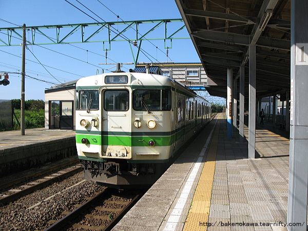 柿崎駅に停車中の115系電車