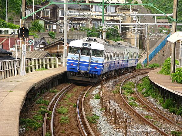 笠島駅を出発する115系電車その1