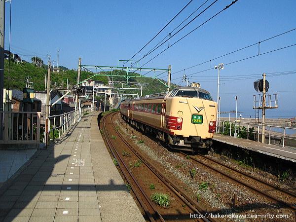 笠島駅を通過する485系電車快速「くびき野」