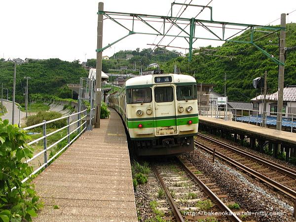 笠島駅に停車中の115系電車