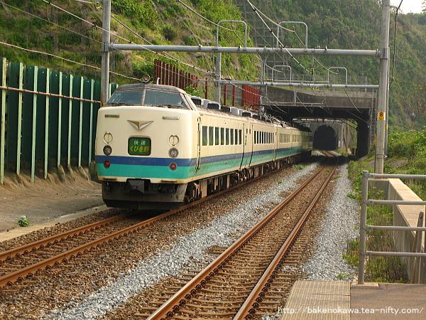青海川駅を通過する485系電車快速「くびき野」